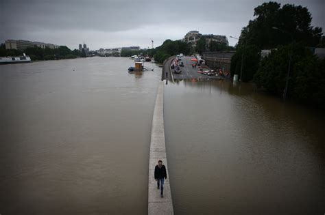 In Paris, the Seine Rises to Highest Level Since 1982